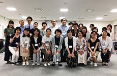 講師の恒藤 暁講師の先生、安田祐子先生とコース(1)に参加された受講生の皆さん