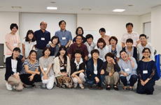 講師の恒藤 暁講師の先生、安田祐子先生とコース(2)に参加された受講生の皆さん